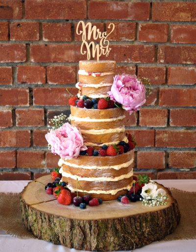Naked cake dressed with berries & blooms